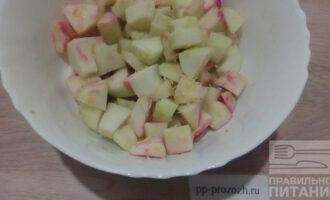Шаг 3: Яблоки промойте, почистите от кожицы и удалите семенные коробочки. Нарежьте дольками. Добавьте 2-3 столовых ложки лимонного сока и цедру половины лимона.