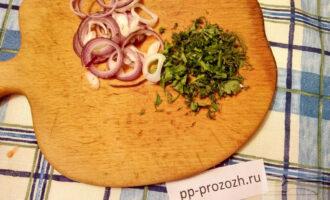 Шаг 8: Нарежьте лук кольцами, а зелень мелко нарубите. Дайте салату настояться (минут 15). Так будет вкуснее.
