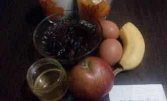 Шаг 1: Подготовьте ингредиенты для блинов: гречневые и овсяные хлопья, овсяное молоко, яйца, мёд, банан, яблоко и чернослив.