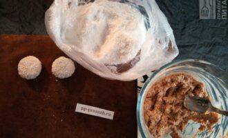 Шаг 4: Сформируйте небольшие шарики из теста, слегка приплюсните их и по желанию обваляйте в кокосовой стружке.