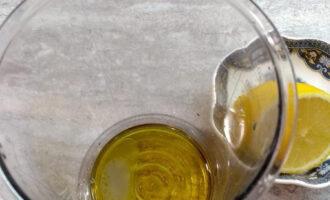 Шаг 3: Добавьте к маслу лимонный сок.