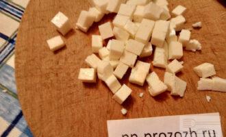 Шаг 2: Нарежьте адыгейский сыр кубиком 1,5 см.