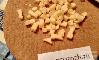 Шаг 3: Твердый сыр нарежьте меньшим кубиком.