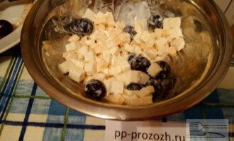 Шаг 6: Добавьте йогурт и виноград. Перемешайте все.