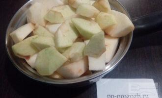 Шаг 2: Яблоки помойте, очистите от кожуры и семенных коробочек. Нарежьте дольками.