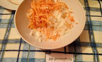 Шаг 3: Морковь и редьку натрите на терке.