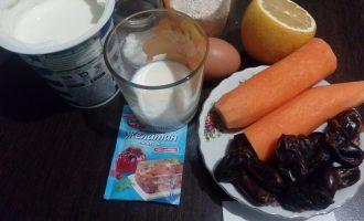 Шаг 1: Подготовьте ингредиенты для торта: овсяные хлопья, морковь, финики, обезжиренный кефир, лимонный сок, соду, белок яйца, сахарозаменитель, сметану.