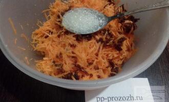 Шаг 4: Морковь натрите на мелкой терке. Финики (5 штук) промойте и измельчите. Соду погасите лимонным соком.