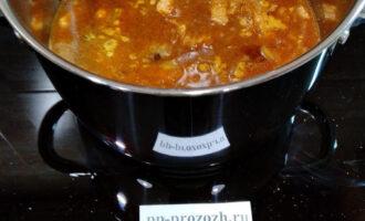 Шаг 6: Возьмите кастрюлю, переложите в нее обжаренное с луком мясо. Возьмите воду. Часть воды налейте в кастрюлю, а часть в сковородку, в которой обжаривали лук и мясо. Сковородку с водой чуть подогрейте и вылейте эту воду в кастрюлю с мясом. Так вы сохраните все ароматические вещества. Кастрюлю крышкой не накрываете. Пусть мясо булькает.