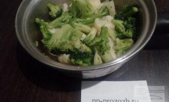 Шаг 4: Брокколи и цветную капусту отварите в кипящей подсоленной воде 5 минут.