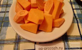 Шаг 2: Тыкву и морковь нарежьте произвольными кусочками.