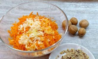 Шаг 5: Грецкие орехи почистите и измельчите. Добавьте в салат.