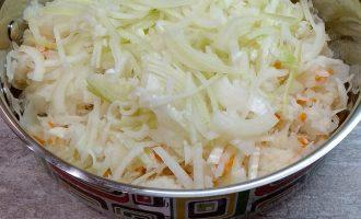 Шаг 4: Нарежьте лук полукольцами и добавьте к капусте.