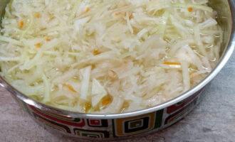 Шаг 5: Налейте воду в сковородку, не выше уровня продуктов. Поставьте сковородку без крышки на умеренный огонь. Тушите 1,5-2 часа, пока капуста не станет совсем мягкой. Подливайте воду, если она будет выкипать.