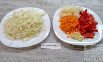 Шаг 3: Овощи помойте и очистите. Капусту нашинкуйте, лук и перец нарежьте, морковь натрите на крупной терке, чеснок мелко порубите.