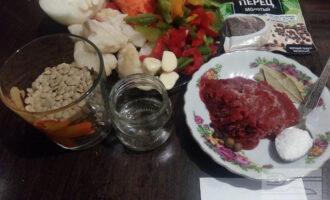 Шаг 1: Подготовьте ингредиенты для блюда: чечевицу, лук, морковь, болгарский перец, чеснок, томатную пасту, оливковое масло, цветную капусту, соль и приправы.