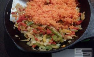 Шаг 4: Добавьте натертую морковь, готовьте ещё 3-5 минут.