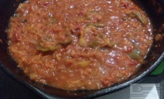 Шаг 6: Влейте чистую воду, положите перец горошек и готовьте под крышкой 15-20 минут. За пять минут до готовности положите лавровый лист, молотый перец и соль.