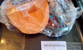 Шаг 2: Тыкву и свеклу уложите в пакет для запекания или фольгу и отправьте в разогретую до 180 градусов духовку.