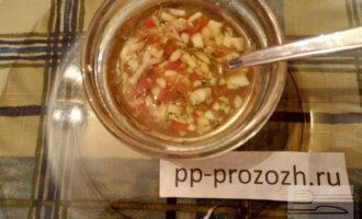 Шаг 7: Приготовьте лимонный соус: смешайте лимонный сок, чеснок, перец чили, прованские травы, тимьян, молотый перец, оливковое масло.