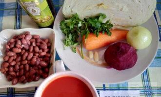 Шаг 1: Подготовьте все ингредиенты: капусту, консервированную фасоль или вареную фасоль, свеклу, лук, морковь, оливковое масло, чеснок, томатный сок, петрушку.
