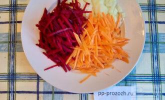 Шаг 2: Нашинкуйте лук, морковь, свеклу.