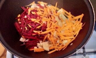 Шаг 4: Обжарьте овощи в небольшом количестве оливкового масла.