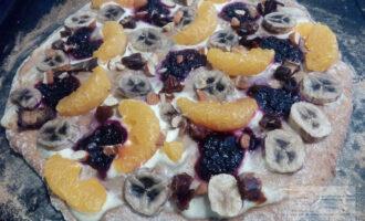 Шаг 8: Готовую пиццу немного остудите и подавайте. Приятного аппетита!