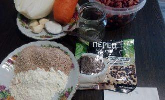Шаг 1: Подготовьте ингредиенты для котлет: замоченную на 5-8 часов фасоль, репчатый лук, морковь, чеснок, оливковое масло, морскую соль, молотый перец, муку и отруби.