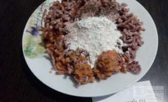 Шаг 5: Пропустите фасоль и овощи через мясорубку. Добавьте по 1 столовой ложке муки и отрубей, а также перец по вкусу. Всё хорошо перемешайте.