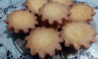 Шаг 7: Готовые кексы достаньте из формочек и дайте остыть. Структура у них выходит немного влажная и рассыпчатая одновременно. Вкус кукурузной муки чувствуется очень отчетливо.