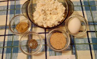 Шаг 1: Подготовьте ингредиенты: обезжиренный творог, вареное яйцо, горчицу, молотый перец, морскую соль.
