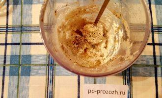 Шаг 2: Отсоедините желток от белка, желток добавьте к творогу, посолите, добавьте перец и перемешайте .