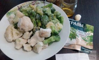 Шаг 1: Подготовьте ингредиенты для блюда: чечевицу, брокколи и цветную капусту, чеснок, оливковое масло, прованские травы и соль.