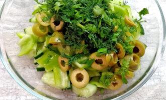 Шаг 5: Нарежьте укроп и петрушку. Заправьте оливковым маслом.