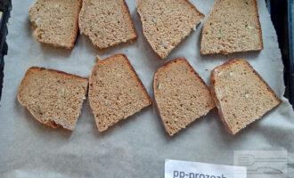 Шаг 4: Нарезанный хлеб отправьте в духовку подсушить, нам нужны сухарики.