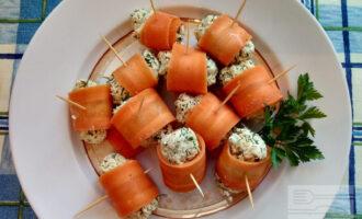 Шаг 9: Из массы, которая получилась сформируйте шарик и заверните его в морковь. Закрепите зубочисткой.