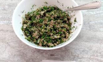 Шаг 5: Нарежьте мелко огурец, добавьте в закуску. Все перемешайте, чтобы сайра измельчилась.