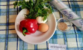 Шаг 1: Подготовьте ингредиенты: яйца, воду, болгарский перец, укроп, петрушку.
