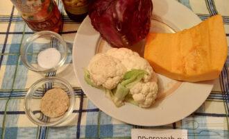 Шаг 1: Подготовьте ингредиенты: цветную капусту, краснокочанную капусту, тыкву, оливковое масло, яблочный уксус, фруктозу, соль морскую.