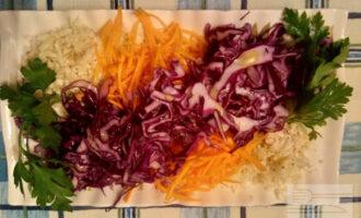Шаг 7: Полейте салат заправкой.
