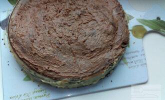 Шаг 11: Все коржи и края торта смажьте белым кремом. Верх смажьте кремом с какао.