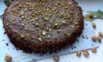 Шаг 12: Края торта обсыпьте крошкой, а верх украсьте по своему вкусу. Торт готов.