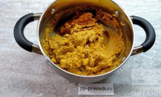 Шаг 5: Готовый лук и морковь добавьте к фасоли с чесноком. Посолите и поперчите по вкусу. С помощью блендера доведите массу до однородного состояния.
