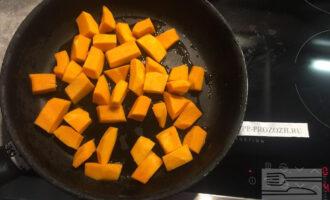 Шаг 3: Влейте оливковое масло в сковороду и обжарьте тыкву до румяности в течение 5-7 минут, помешивая.