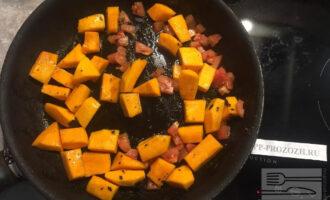 Шаг 5: Нарежьте помидор и добавьте в сковороду.