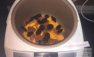 Шаг 5: Слейте воду из сухофруктов и добавьте их к тыкве.