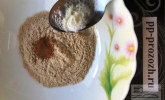 Шаг 2: В глубокой емкости смешайте гречневую муку, мускатный орех. Погасите соду лимонным соком и тоже добавьте к муке.
