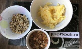 Шаг 3: Натрите яблоко на мелкой терке, грецкий орех измельчите. Изюм просушите.