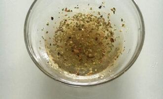 Шаг 5: Приготовьте соус из лимонного сока, оливкового масла, орегано, перца и соли.